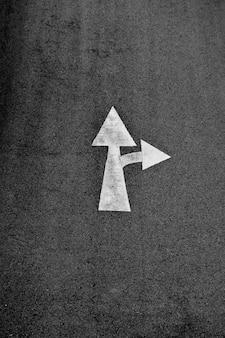 アスファルト道路に描かれた白い矢印(直進して右折)