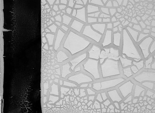 Деталь треснутой краски на стене. черное и белое