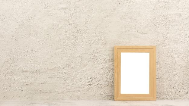Классическая деревянная фоторамка в комнате