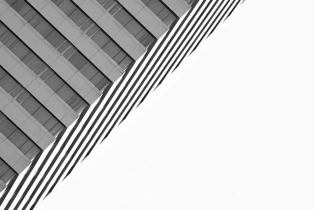 市内の建物でモダンな窓のパターン