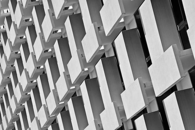 高層ビルの窓とバルコニーの模様 - モノクロ