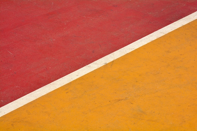 クローズアップの黄色と赤のバスケットボールコート