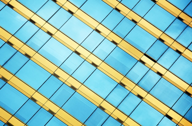 空の反射と近代的なオフィスのガラス窓