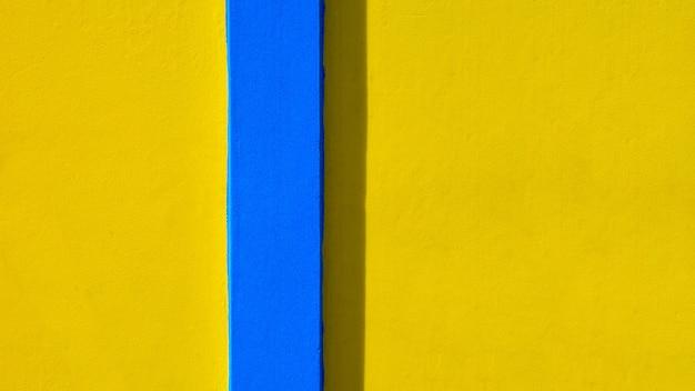 Желто-синий фон стены