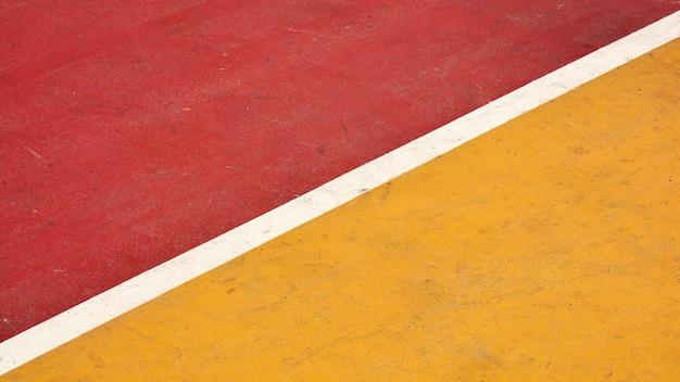Крупным планом красный и желтый баскетбольная площадка