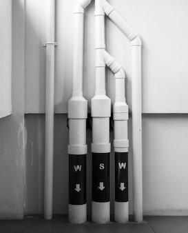 コンクリート壁に水道設備を設置