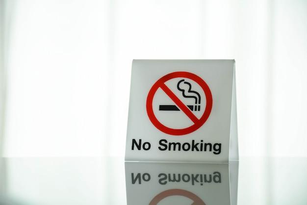 部屋のガラス机の上の禁煙サイン