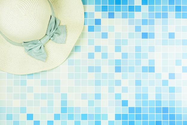 プールで青いセラミックタイルのビーチ帽子。