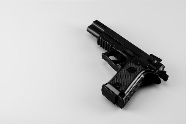 白い背景の上の銃