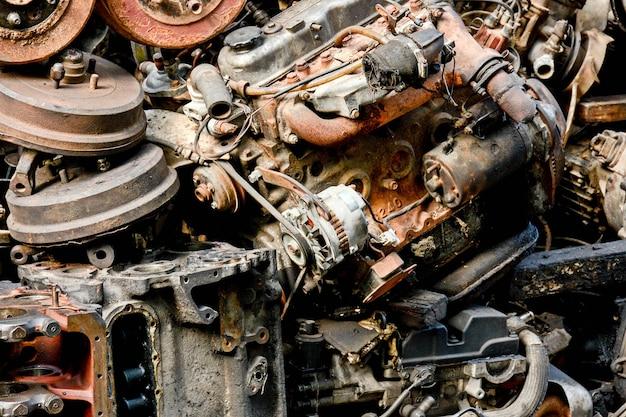 Поврежденный и ржавый старый автомобиль машины