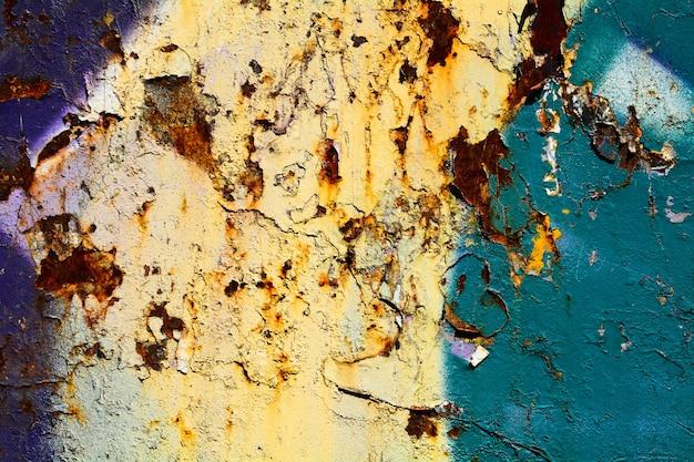 青いペンキと亀裂の質感を持つさびた金属表面