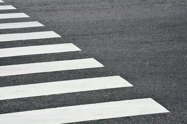 アスファルトの道路上のシマウマの横断歩道