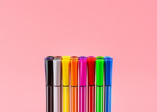 ピンクの色鉛筆のセットです。 - 教育と学校に戻るコンセプト。