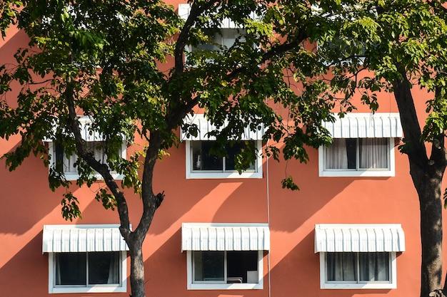 オレンジ色のコンクリートの建物の窓のパターン