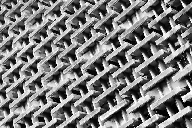高層ビルの窓とバルコニーのパターン