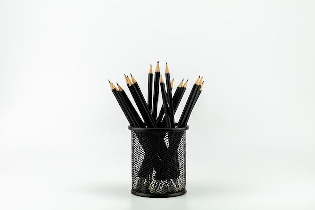 白いテーブルの上のバスケットに鉛筆。 -仕事とビジネスのアイデアコンセプト。