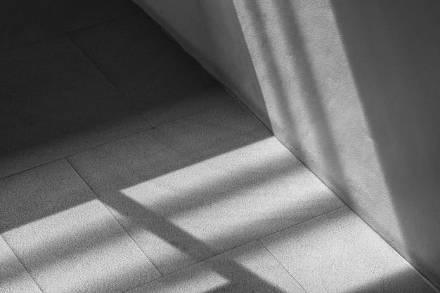 ガラス窓からの影と白い壁の抽象的な背景。