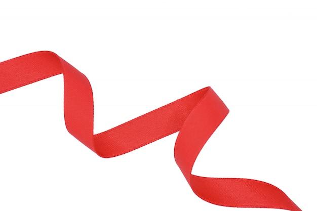 白い背景で隔離赤い布リボンのスパイラル
