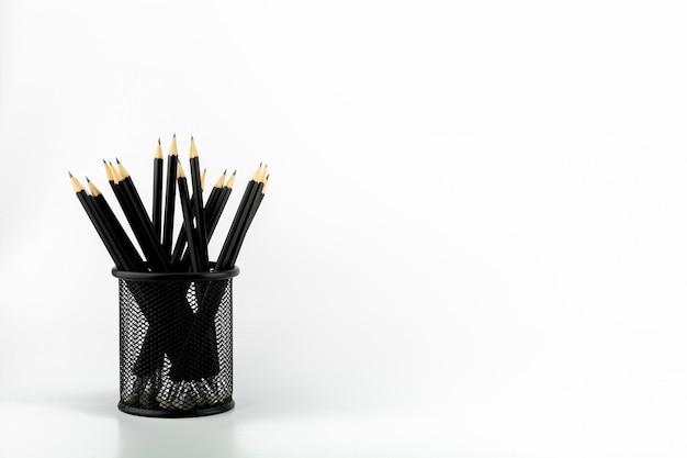 白いテーブルの上のバスケットに鉛筆