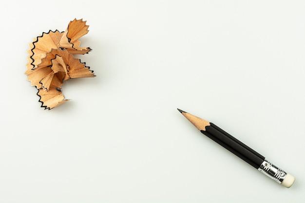 白の削りくずを削った小さな使用鉛筆