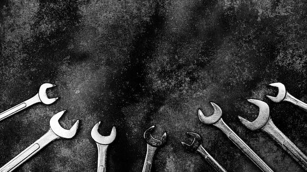 Набор гаечного ключа на старой заброшенной железной пластине