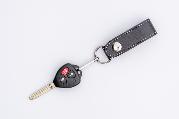 Ключ автомобиля с дистанционным управлением изолированный на белой предпосылке.