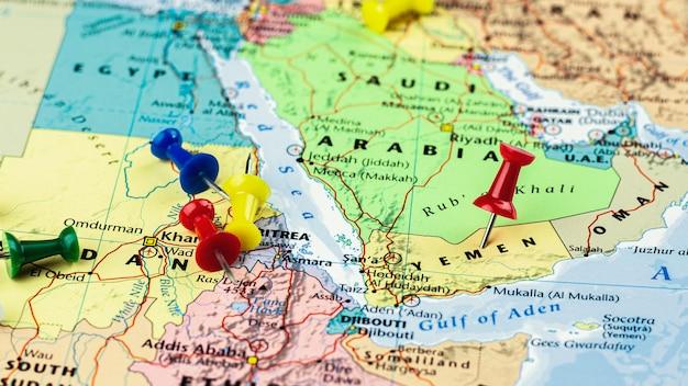 イエメン地図に配置された赤いピン