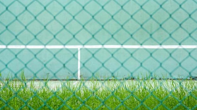 グリーンテニスコートと練習用ウォール - バックサイドグリーンメタルケージ