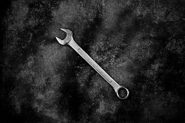 Гаечный ключ на старой заброшенной железной пластине.