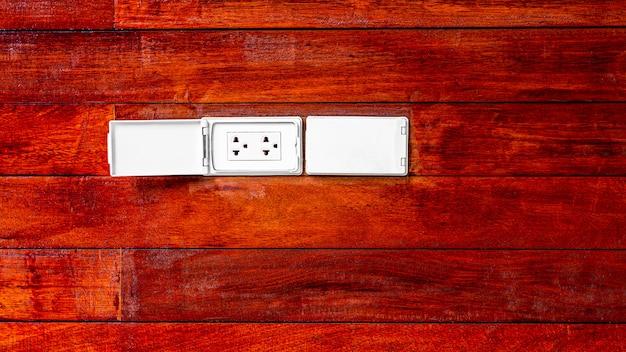 木製の壁に電気のモダンなソケット。