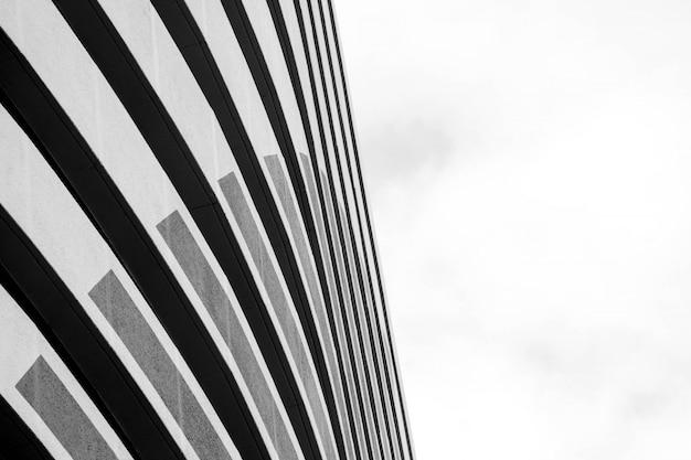Архитектура современного здания черно-белая