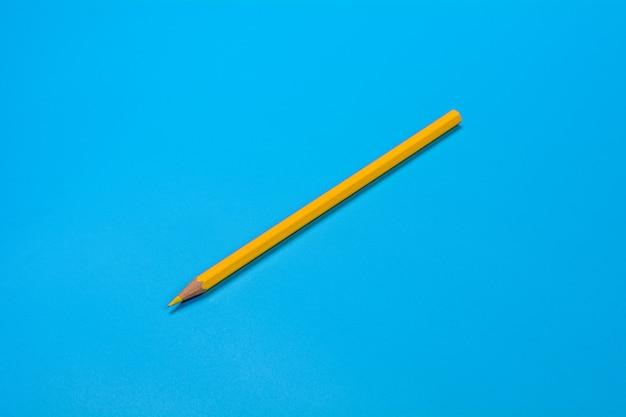 黄色のクレヨン鉛筆