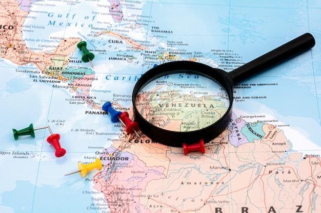 Лупа на карте мира селективный фокус на карте венесуэлы.