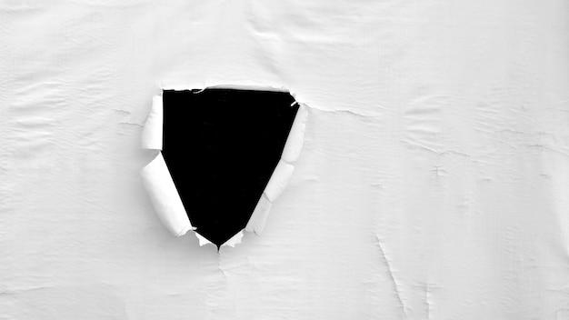 白いプラスチックキャンバスの損傷と穴