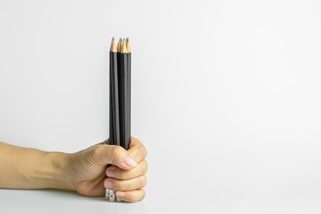 Рука держа карандаш. идеи и концепция писателя.