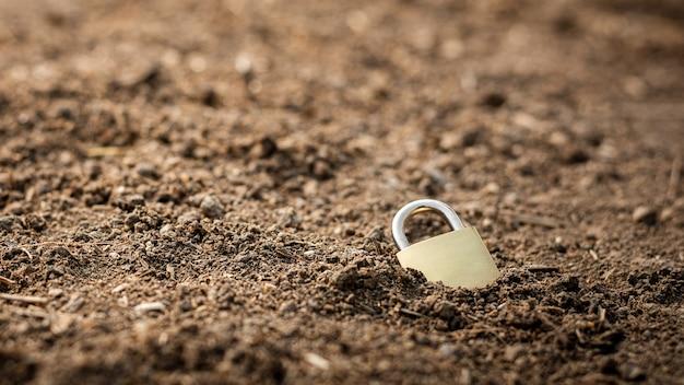 乾燥した地面のロックドロップ。安全な自然と水の概念。