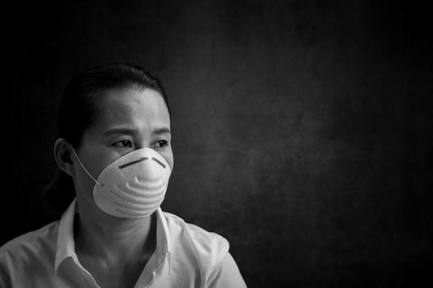 マスクを身に着けている女性。