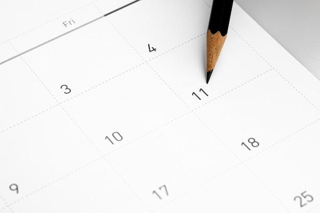 Карандаш указывает на одиннадцать в календаре