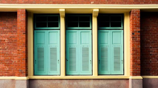 アンティークれんが造りの建物で窓の近く