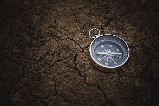 ひびの入った土の上のコンパス。 - ビンテージ・スタイル