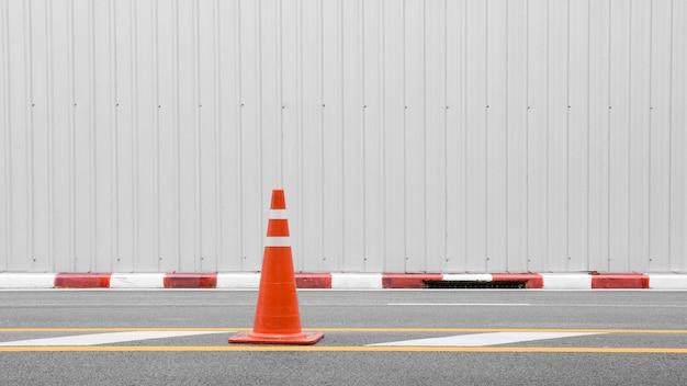 アスファルト道路上のオレンジ色のトラフィックコーン