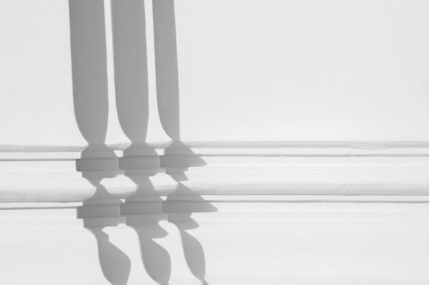 影で白いコンクリートの壁で低レリーフ彫刻の線。
