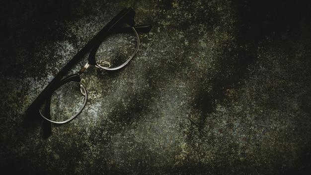 Очки на ржавом стальном полу - винтажный стиль