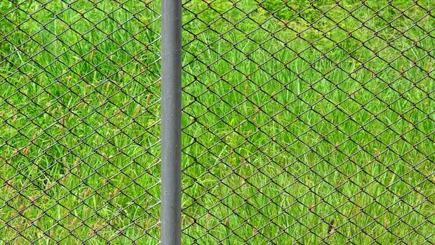 公園でさびたケージ金属線