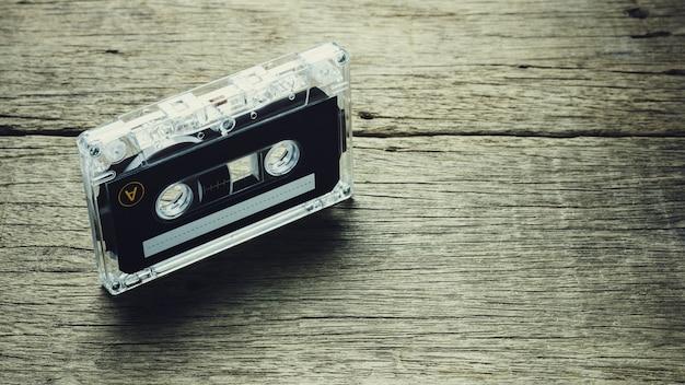 木製の背景にヴィンテージのオーディオカセットテープ