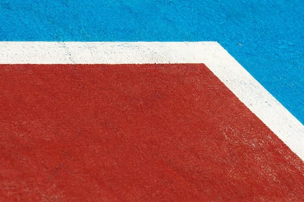 クローズアップの青と赤のバスケットボールコート