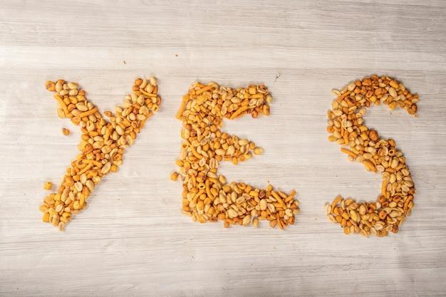 「はい」または「いいえ」の言葉を作るナッツ、数時間の間おやつ