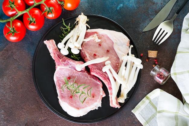 ブナシメジとトマトのグリル鍋でマリネした生ラムリブ