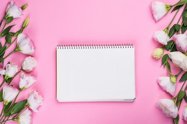 空のノートブックと花束トルコギキョウ、トップビュー