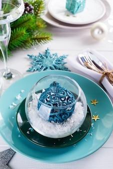 おもちゃのボールと白い木製のテーブルの装飾クリスマステーブルの設定